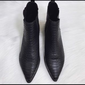New Jeffrey Cambell black pointed Chelsea boots